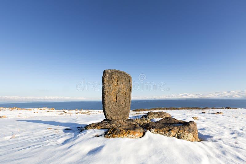 Armenisches Grab mit einem Grundstein bekannt als Khachkar-Stein in Armenien lizenzfreie stockfotos