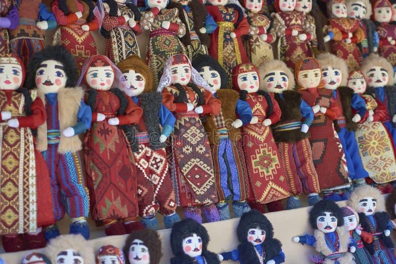 Armeniska handgjorda dockor i folk dräkter arkivfoto