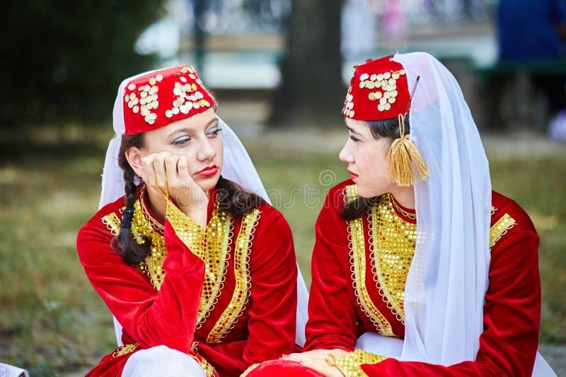 Armeniska Tatar flickor i folkloredräkter väntar på deras kapacitet royaltyfri foto