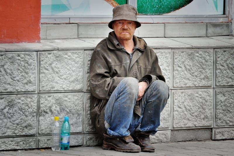 armer alter Mann, der Passanten bittet lizenzfreies stockfoto