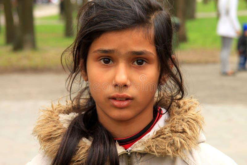 Armer kleiner Zigeuner, bitten um Almosen in der Straße stockfoto