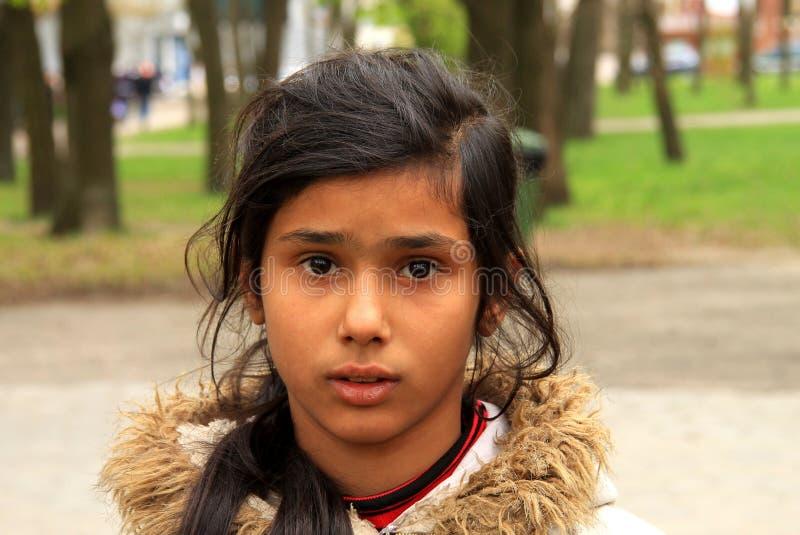 Armer kleiner Zigeuner, bitten um Almosen in der Straße stockbilder