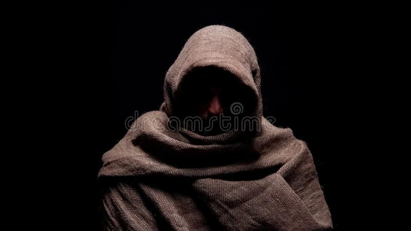 Armer Mann in der rauen Robe, die unten mit Bescheidenheit, früher christlicher Prophet schaut lizenzfreie stockfotos