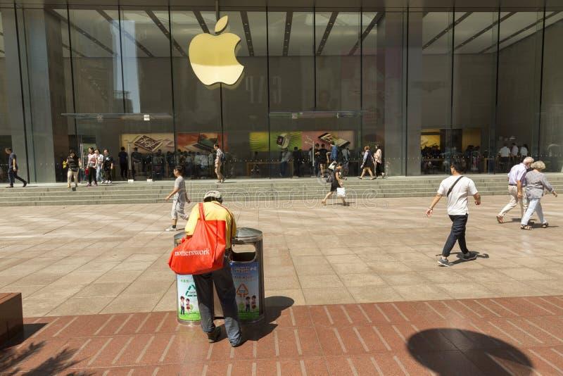 Armer Mann in Shanghai, China lizenzfreie stockfotografie