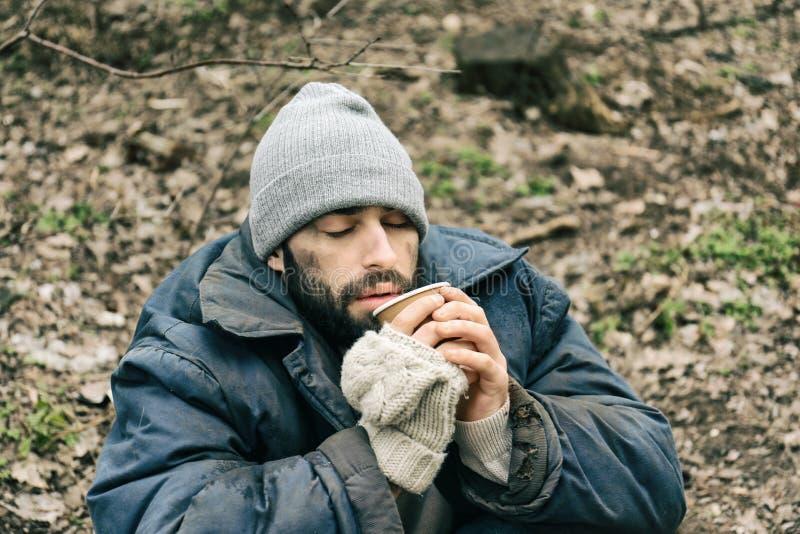 Armer obdachloser Mann mit Schale stockfotos