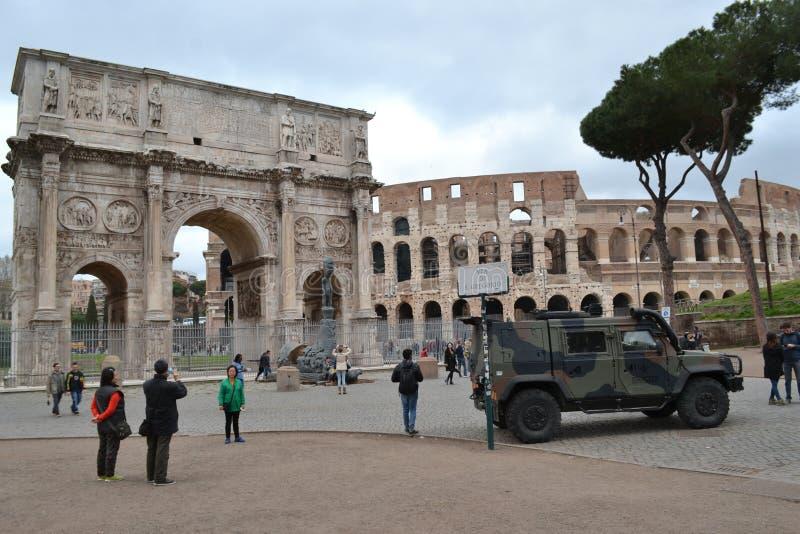 Armerat medel Colosseum Rome Italien arkivfoto