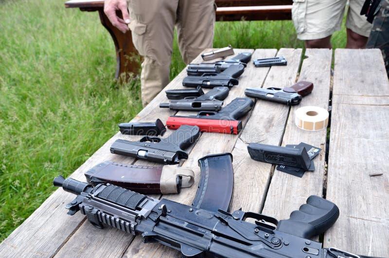 Armes à feu portatives sur la table photos stock