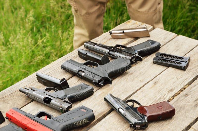 Armes à feu portatives sur la table images stock