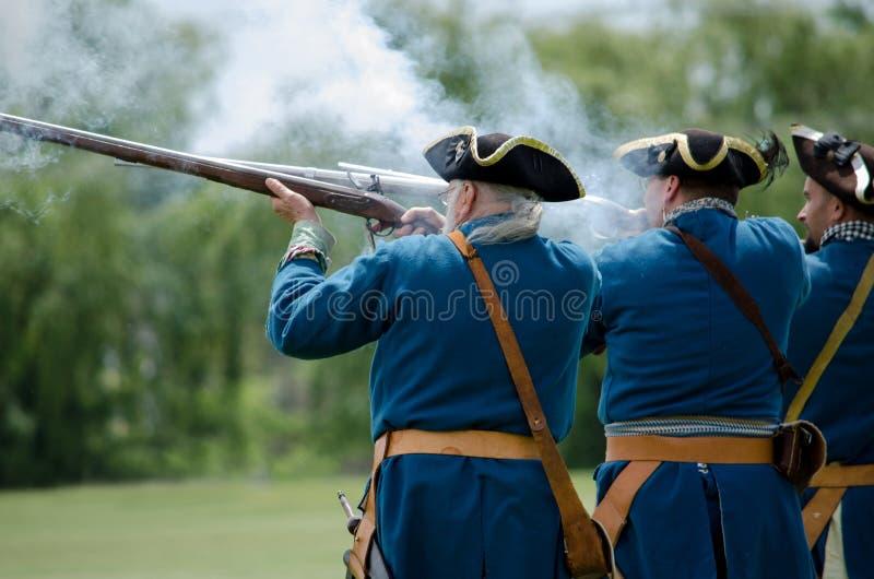 Armes bleues coloniales du feu de soldats photos stock