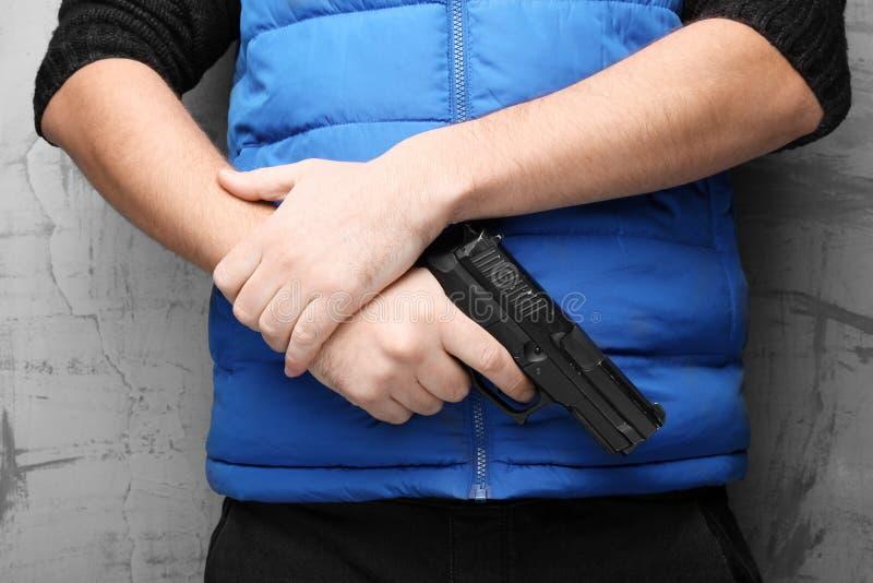 Armes dans la main masculine pour la protection contre l'agression, l'assaut et le vol photos libres de droits