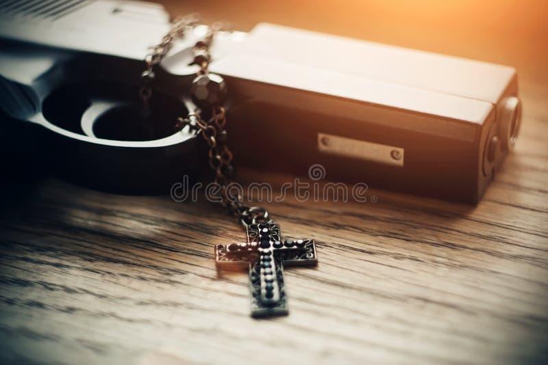 Armes et croix noires avec perles noires sur la chaîne photographie stock libre de droits