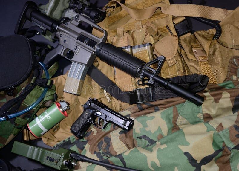 Armes utilisées, pistolet, grenade avec les installations tactiques de coffre et munitions photographie stock