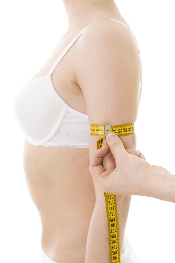 Armgröße der messenden Frau lizenzfreies stockbild