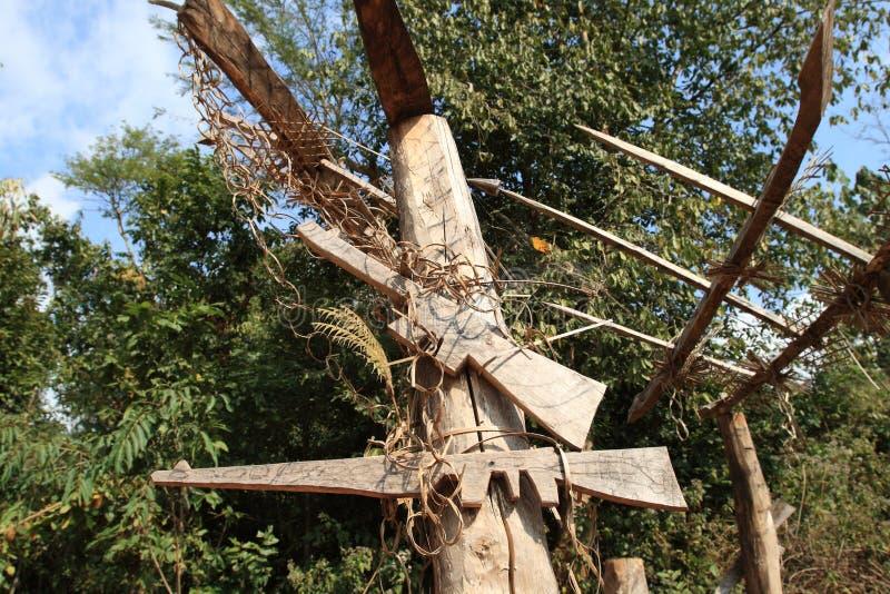 Armi fittizie all'entrata al villaggio della tribù di Akha nel Laos immagini stock