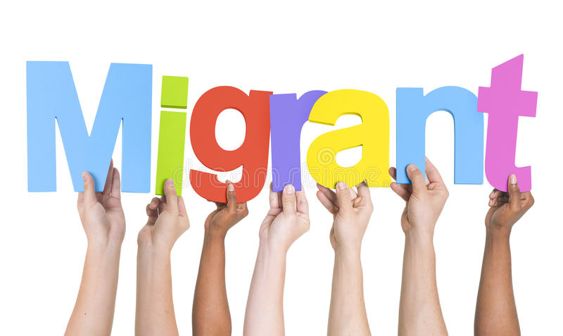 Armi multietniche alzate giudicando testo migratore immagine stock libera da diritti