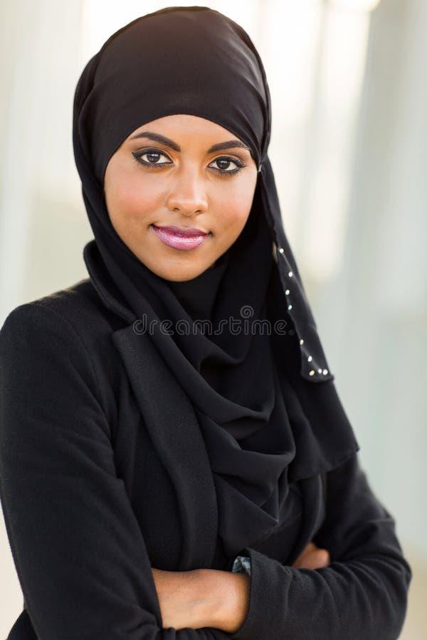 Armi musulmane della donna di affari attraversate fotografia stock libera da diritti
