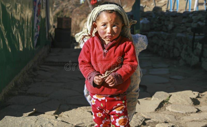 Armod för uttryck för framsida för ungt barnNepal by ledset royaltyfria foton