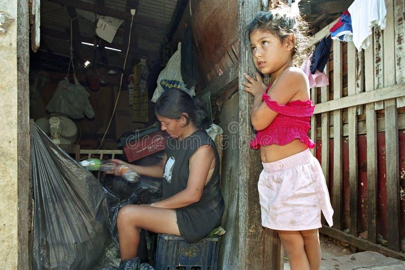Armod och återvinning i den paraguayanska slumkvarteret royaltyfria foton
