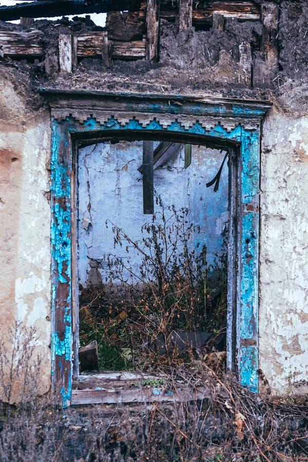 Armod och arbetslöshet Fönster av det gamla förstörda huset royaltyfria foton