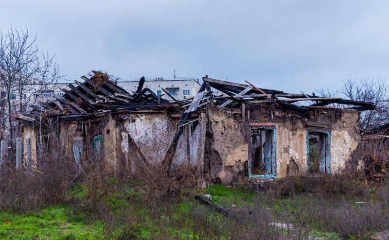Armod och arbetslöshet Förstört gammalmodigt hus royaltyfri foto