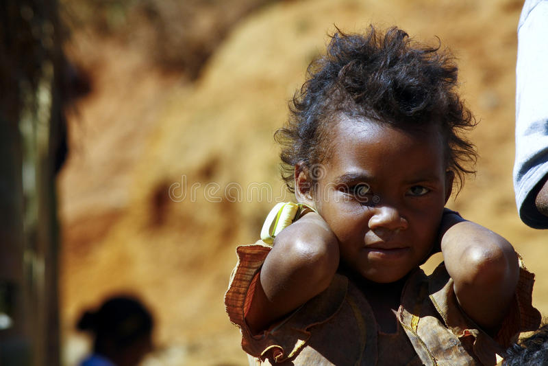 Armod stående av en fattig liten afrikansk flicka fotografering för bildbyråer