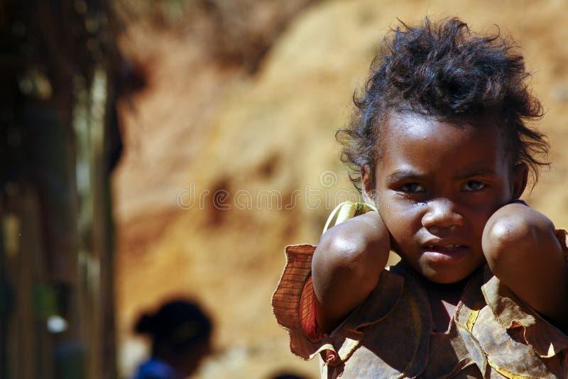 Armod stående av en fattig liten afrikansk flicka arkivbild