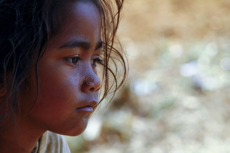 Armod stående av en fattig liten afrikansk flicka royaltyfria bilder