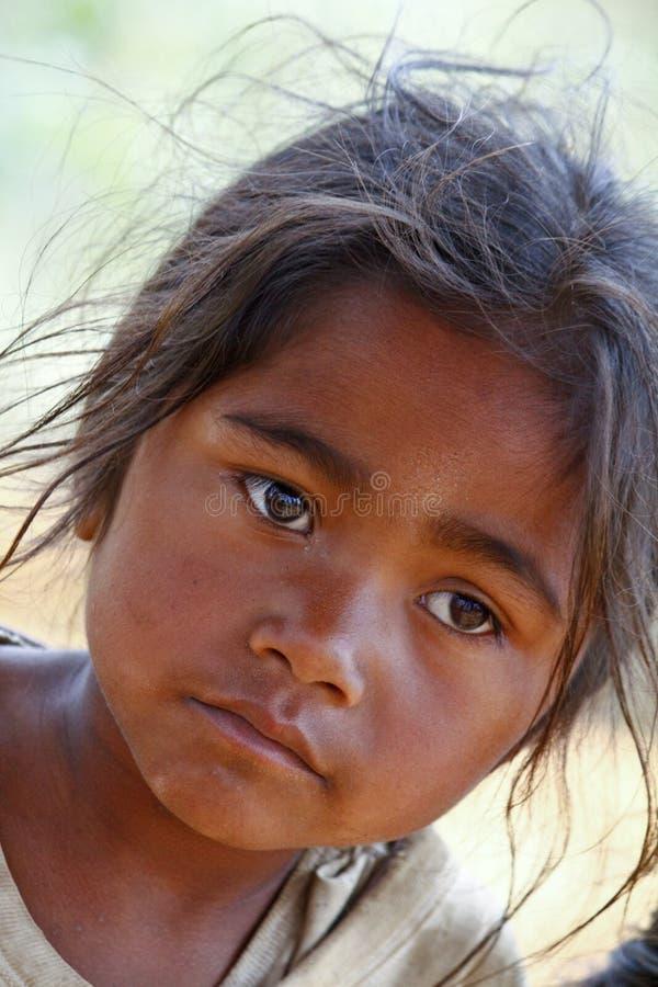 Armod stående av en fattig liten afrikansk flicka som är borttappad i djup tho royaltyfria foton