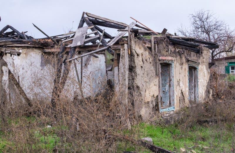 Armoede en werkloosheid De muren van het oude vernietigde huis stock afbeelding