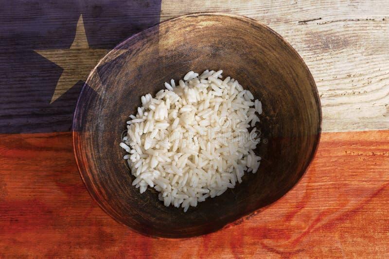 Armoedeconcept, kom rijst met de vlag van Chili stock fotografie