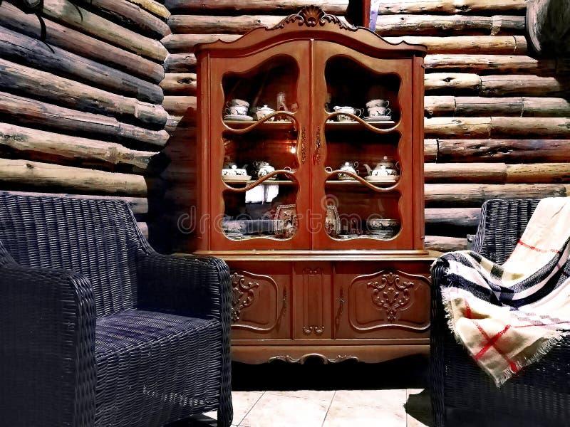 Armoire de cru avec la porcelaine dans une maison en bois images libres de droits