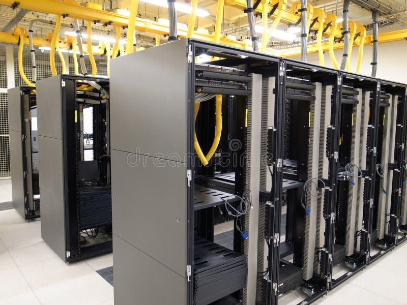 Armoire et piles de centre de traitement des données photos libres de droits