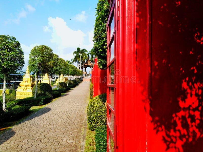 Armoire rouge près d'un beau passage couvert photo libre de droits