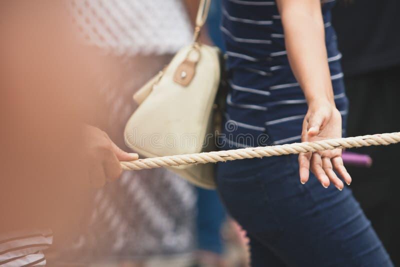 Armonía de la gente en la tracción de la cuerda con la mano en el extremo de Lent Day budista en Chak Phra Festival Pulling el Bu imágenes de archivo libres de regalías