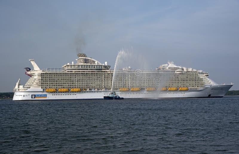 Armonía del barco de cruceros más grande del mundo de los mares imagen de archivo libre de regalías