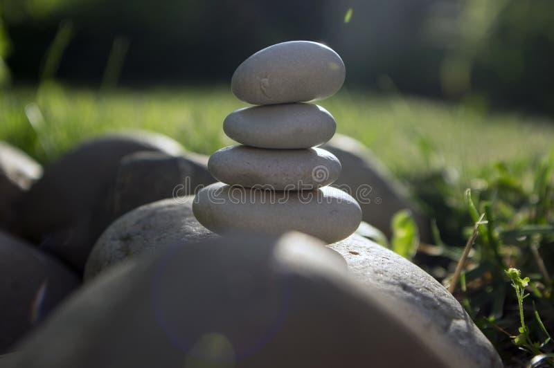 Armonía y balanza, mojones, piedras simples del equilibrio en el jardín, escultura del zen de la roca, guijarros blancos, sola to fotos de archivo libres de regalías