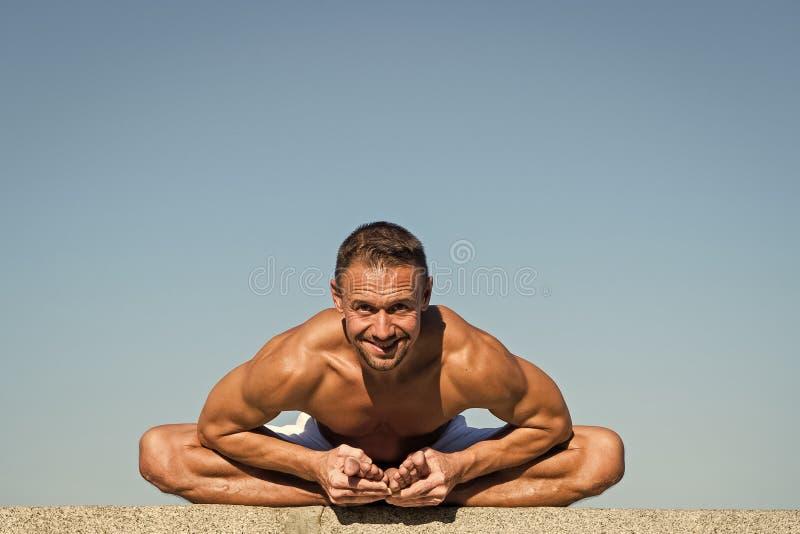 Armon?a y balanza del hallazgo de las ayudas de la pr?ctica de la yoga Fondo practicante del cielo azul de la yoga del hombre Paz fotos de archivo libres de regalías