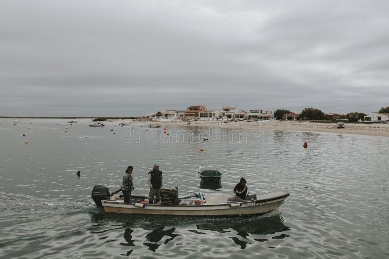 Armona Island, Portugal - Maart 23, 2018: Weinig boot in Armona Island die dicht bij het strand navigeren royalty-vrije stock foto's