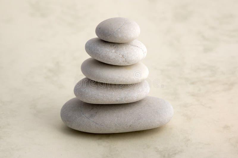 Armonia ed equilibrio, cairn, pietre di equilibrio, scultura di zen della roccia, tre ciottoli bianchi fotografia stock libera da diritti