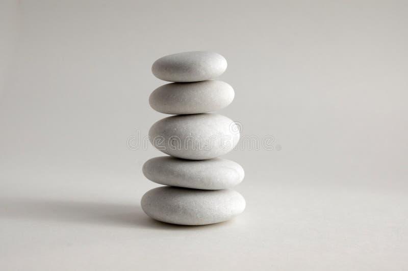 Armonia ed equilibrio, cairn, pietre di equilibrio, scultura di zen della roccia, tre ciottoli bianchi fotografie stock