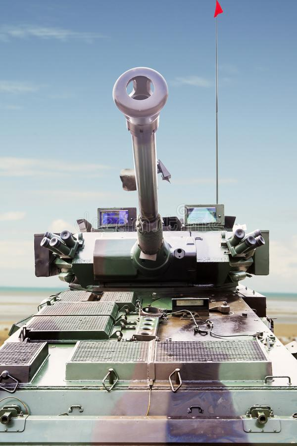 Armored военный танк под голубым небом стоковое фото
