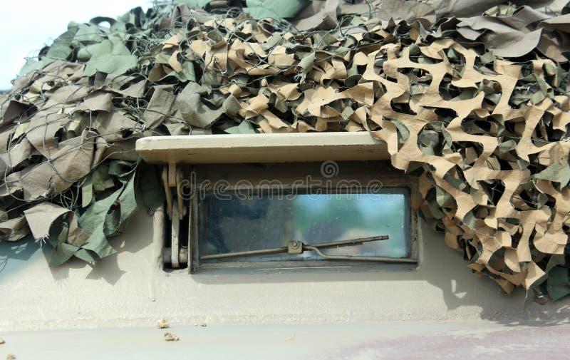 Armored воинская тележка с шестерней камуфлирования для полетов войны стоковые фотографии rf