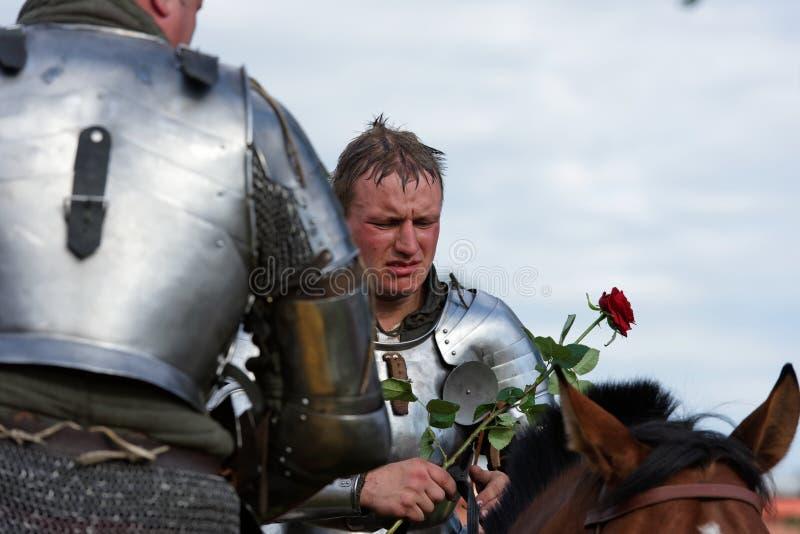 Armored рыцарь с цветком розы стоковая фотография