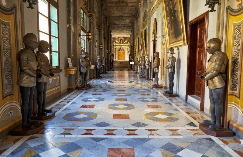 Armourykorridoren på det huvudsakliga golvet av Grandmaster`en s Pala arkivfoton