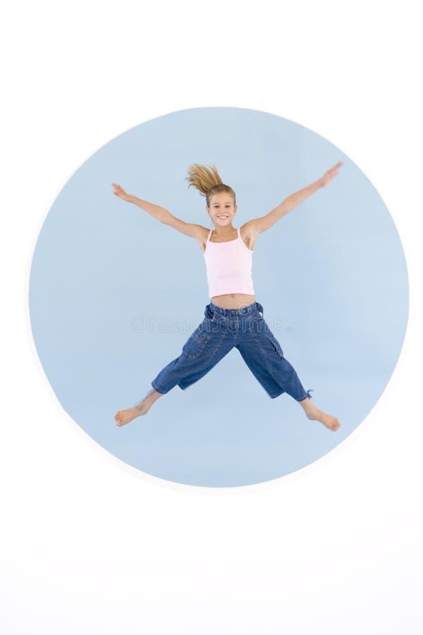 arms flickabanhoppningen som ler ut barn royaltyfria foton
