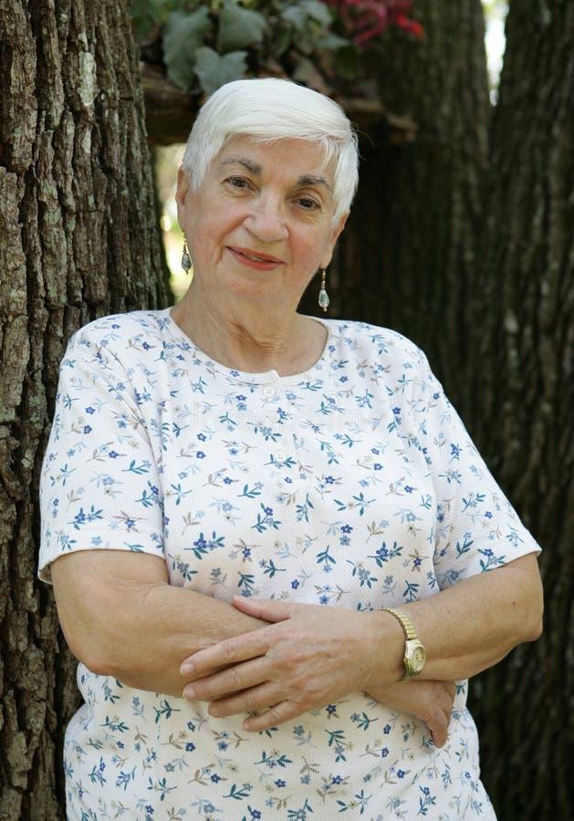 arms folded senior woman στοκ εικόνες με δικαίωμα ελεύθερης χρήσης