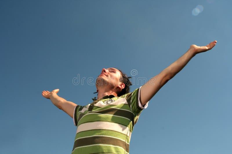 arms hans öppna brett för man royaltyfria foton