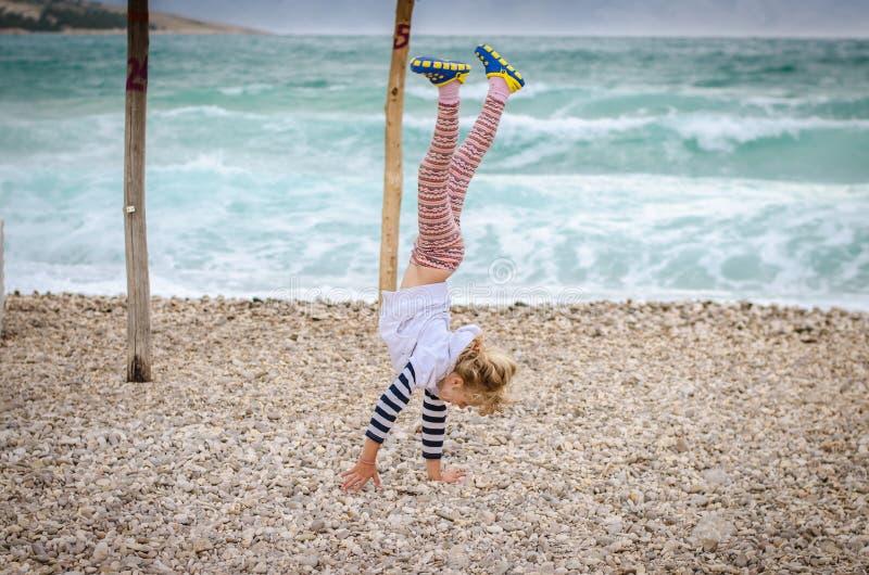 Armstanding in het strand stock afbeeldingen