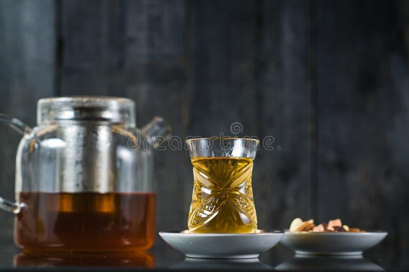 Armud z herbat?, herbaciana ceremonia Czarny drewniany t?o fotografia royalty free