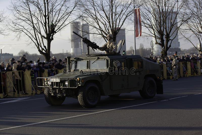 Armure de Humvee au défilé militar en Lettonie images stock